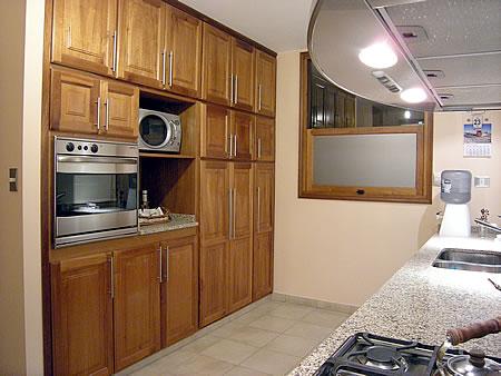 Amoblamiento de cocina en madera de cedro macizo for Ver modelos de amoblamientos de cocina