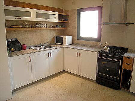 Amoblamiento de cocina a medida en madera de haya con - Amueblamiento de cocinas ...