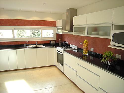 Mueble de cocina realizado a medida en melamina, blanco, con cantos