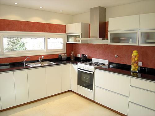 Mueble de cocina realizado a medida en melamina, blanco, con