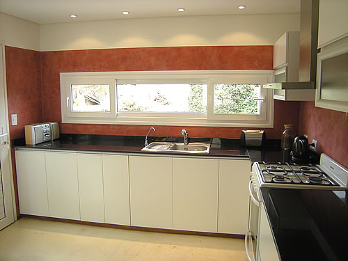 Mueble de cocina realizado a medida en melamina blanco for Muebles cocina a medida