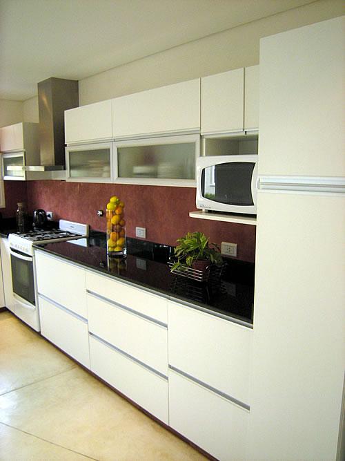 Mueble de cocina realizado a medida en melamina blanco for Severino muebles cocina alacena melamina blanca