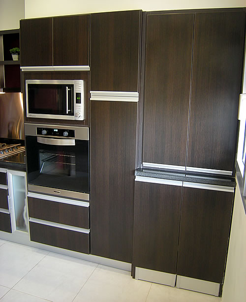 Mueble de cocina realizado a medida en melamina roble moro Herraje