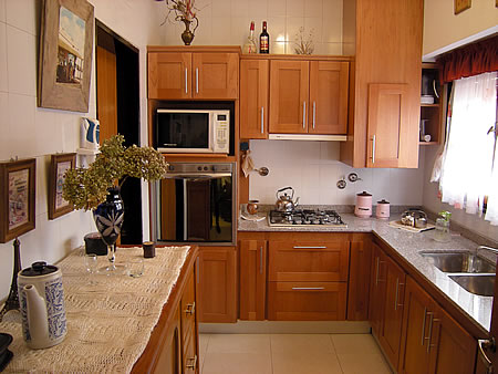 Mueble de cocina en cedro seleccionado. Puertas en cedro macizo ...