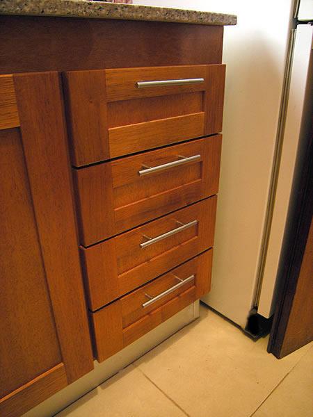 Mueble de cocina en cedro seleccionado puertas en cedro for Muebles de cocina de madera maciza