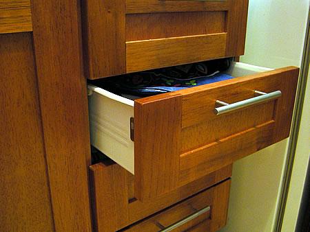 Mueble de cocina en cedro seleccionado puertas en cedro - Muebles cocina a medida ...