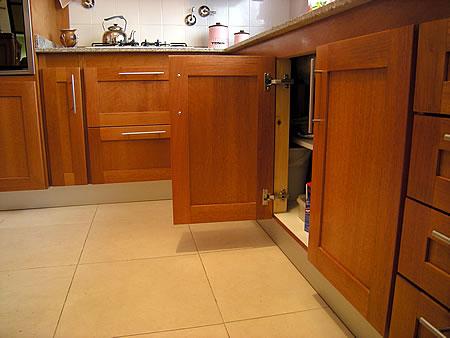 Mueble de cocina en cedro seleccionado puertas en cedro - Muebles de cocina madera ...