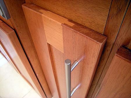 Mueble de cocina en cedro seleccionado puertas en cedro for Puertas de frente de madera